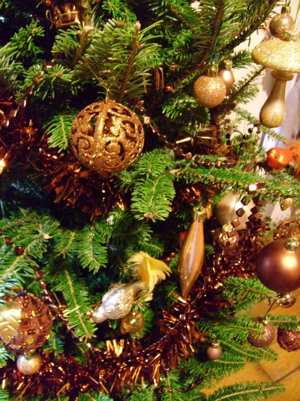 mon beau sapin 2012: sapin castorama, détails boule de noël arabesque paillettes marron, oiseau or, goutte d'eau or et guirlandes cubes marrons