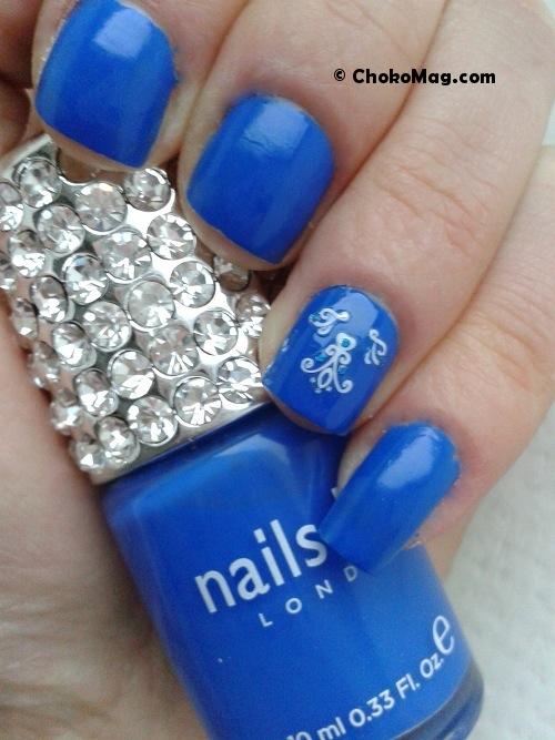 nail art marinière bleu majorelle et blanc