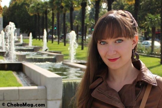 maquillage de rentrée avec palette MUA liner Organiqs et rouge à lèvre Santé. Blouson de cuir fashion cuir.
