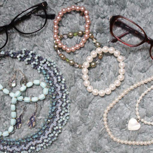 accessoires lunettes et bijoux rétro chic vintage