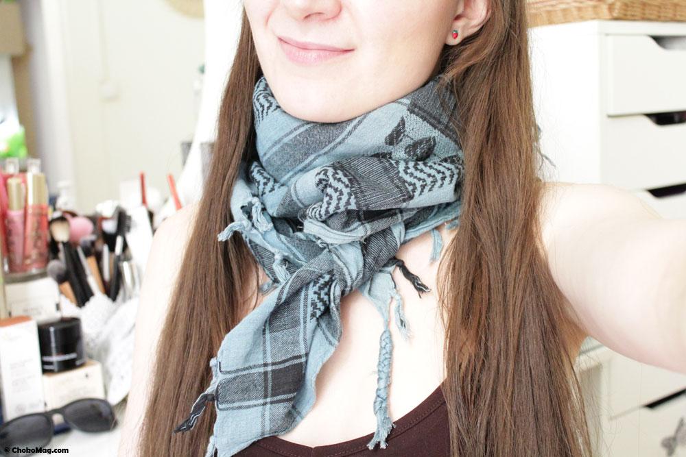 97c22ef7d4f5 Comment nouer son foulard  25 façons de porter un foulard autour du cou
