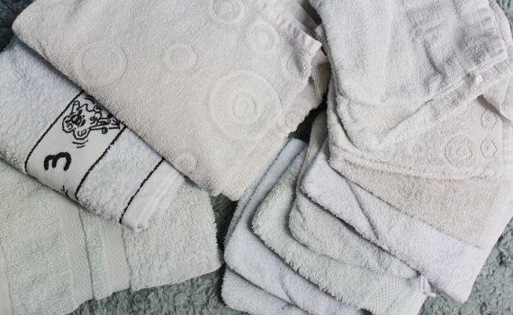 APRES: des serviettes de toilettes et des gants de toilette bleu ciel